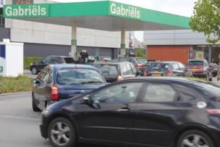 Benzineprijzen bereiken recordhoogte in Nederland, dus schuiven noorderburen net over de grens geduldig aan voor volle tank