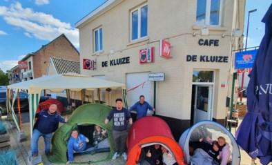 """Stamgasten kamperen voor café: """"Om zeker te zijn van een plaatsje"""""""