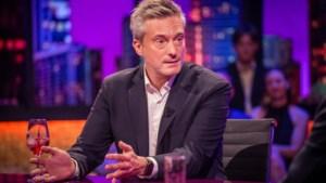 """Gilles De Coster geeft in 'De Cooke & Verhulst show' toe dat hij zelf verbaasd is over plottwist 'De mol': """"Kan je niet schrijven"""""""