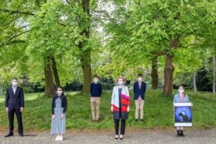 Leerlingen Sint-Barbaracollege geven kunstwerk af aan koningin Mathilde