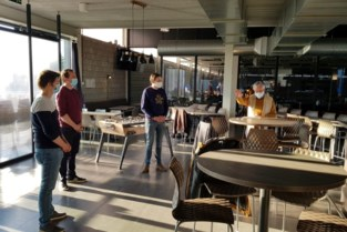 Priester huldigt nieuw café De Vruen officieel in