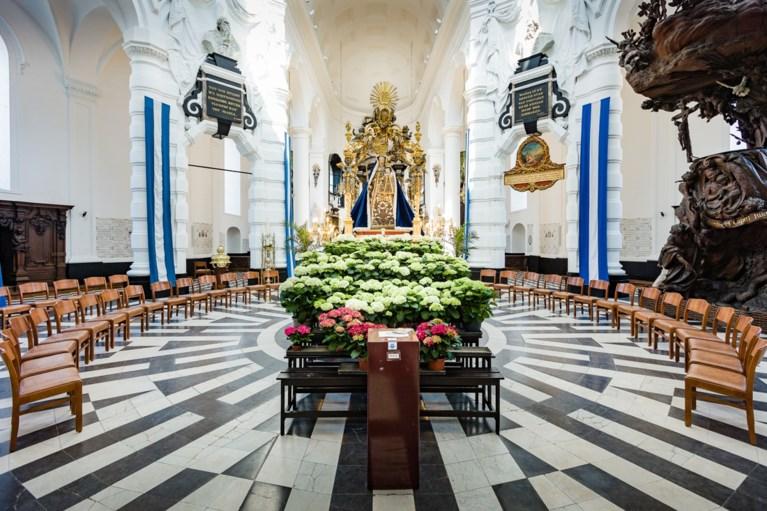 Mariabeeld in Mechelse Hanswijkbasiliek omgeven door bloementroon