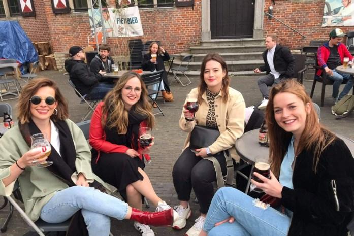 Bij Manu genieten van een biertje, en elkaars aanwezigheid