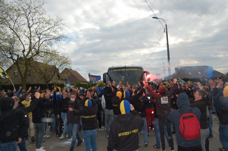 Fans van Waasland-Beveren begroeten spelers nog met erehaag voor beslissende match tegen Seraing