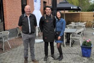 """Allereerste gasten eten op terras van nieuw restaurant De Uilenhoeve: """"Eindelijk weer op restaurant"""""""
