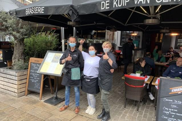 """Het weer wil niet mee, maar de terrassen lopen vol in Gent: """"We maken er een echte feestdag van!"""""""