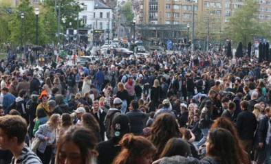 Massa volk op Flageyplein voor gevreesd feestje om einde avondklok te vieren