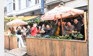 Over de koppen lopen in Kortrijk: volle terrassen, volle winkelstraat