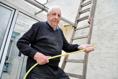 """87-jarige ex-pompier gaat brand bij buren te lijf met tuinslang: """"Zelfs 27 jaar na mijn pensioen kwamen de reflexen weer boven"""""""