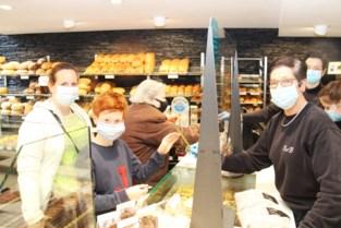 Handelaars Puurs delen 2.000 bloemen uit aan shoppende moeders