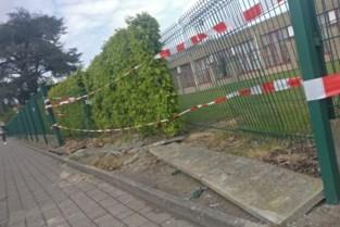 Wagen ramt hek van basisschool Bevegem
