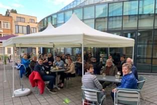 Nog geen wedstrijden maar supporters van Jeannekesboys & Girls tekenen present aan stamcafé