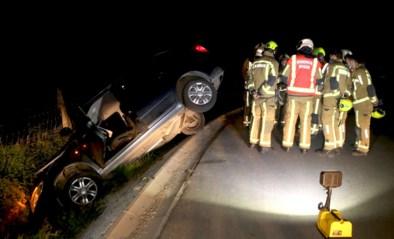 Wagen mist bocht en duikt diepe gracht in, bestuurder gewond