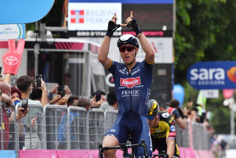 """Vriendin Cameron Vandenbroucke volgde Giro-zege van Tim Merlier vanuit de zetel : """"Zijn gebaar voor Wouter Weylandt maakt het helemaal af"""""""