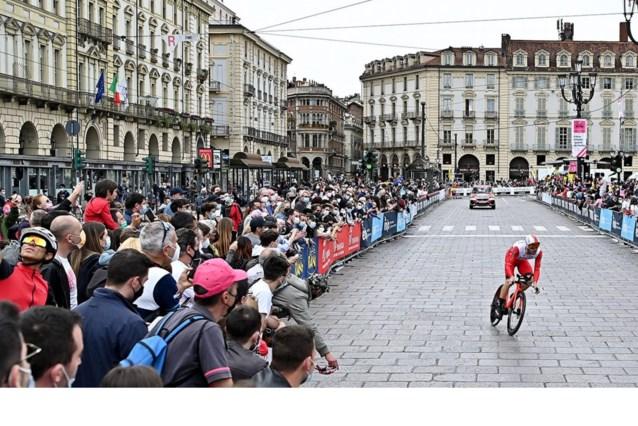 """Hoezo corona? Massa fans langs de kant van de weg tijdens Grande Partenza van de Giro: """"Ik had het liever anders gezien"""""""