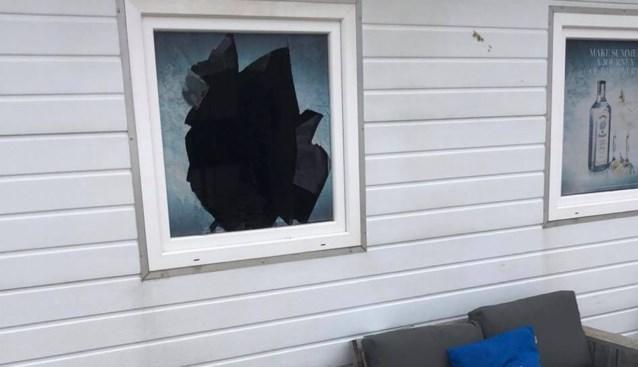 """Inbrekers maken laptops buit in strandbar, maar krijgen kluis niet open: """"Schade is aanzienlijk"""""""