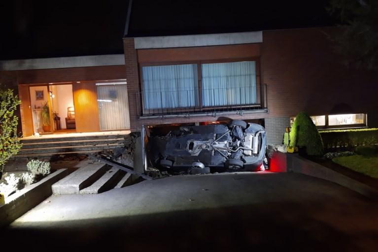 Jongeren knallen met BMW tegen garagepoort: brandweer moet twee inzittenden bevrijden