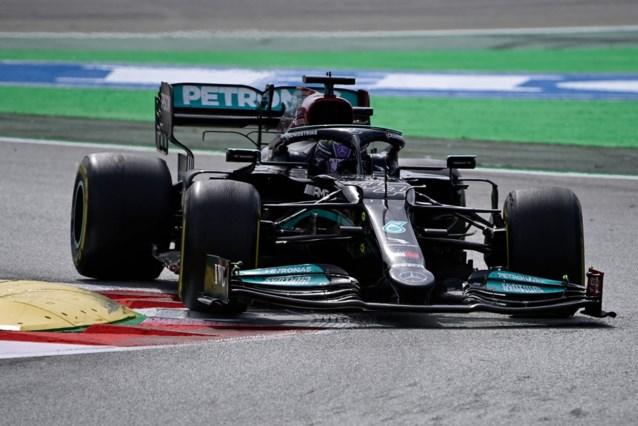 Lewis Hamilton verslaat Max Verstappen in GP Spanje na tactisch steekspel en wint al zijn derde race van het seizoen