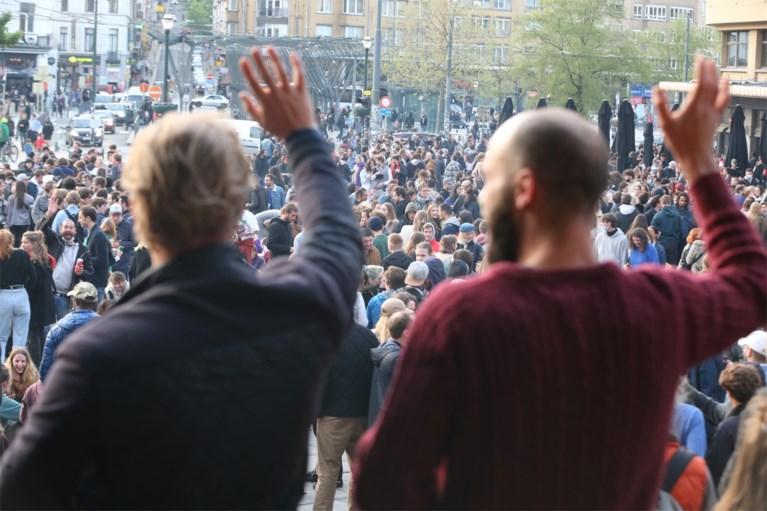 Politie verjaagt honderden feestvierders met waterkanon van Flageyplein in Brussel