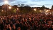 Feestende massa trekt straat op na sluiting terrassen