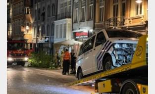 Politiecombi rijdt op weg naar brand in Lier in op terras