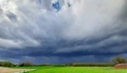 Warm weer met regen en rukwinden