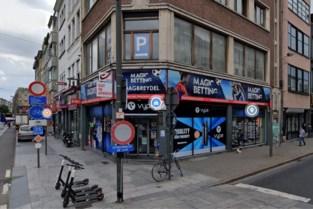 Krantenwinkel overvallen: bedienden met mes bedreigd en vastgebonden achtergelaten