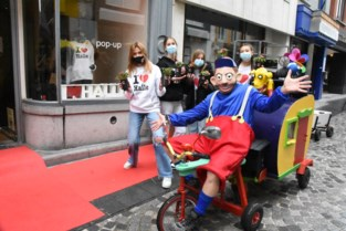 Handelaars en Urbanus verdelen 1500 bloempotjes aan shoppende mama's