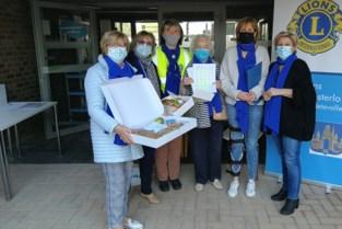 Lionsdames delen 750 ontbijtmanden uit aan moeders