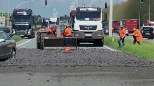 """R4 richting Gent afgesloten door gekantelde vrachtwagen: """"Bestuurder zat gekneld"""""""