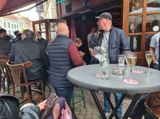 Politie valt binnen bij café Bij Pieter wegens overtredingen coronamaatregelen