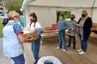 Kinderen doen donuts cadeau aan ziekenhuispersoneel