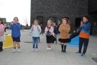 Kleuters en leerlingen De Knipoog dansen voluit voor hun leerkrachten bewegingsopvoeding