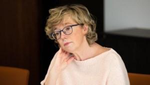 LIVE. Burgemeester Veerle Heeren overleeft extra gemeenteraad in Sint-Truiden na vaccinatierel maar loopt wel gezichtsverlies op