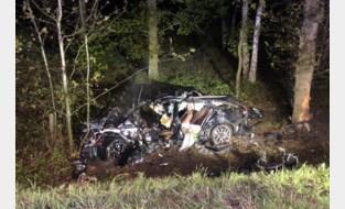 Bestuurder sterft bij zwaar ongeval op E40, omstanders redden zijn 19-jarige zoon uit brandend wrak