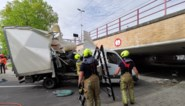 Niet het beste idee: bestuurder van bestelwagen wil onder veel te lage brug rijden met alle gevolgen van dien