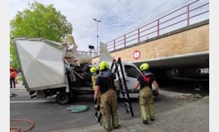 Niet het beste idee: bestuurder van bestelwagen wil onder veel te lage brug rijden, met alle gevolgen van dien