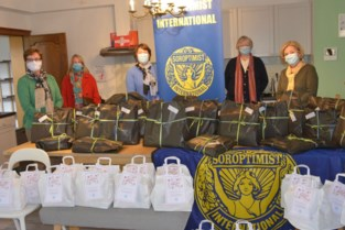 Soroptimisten trakteren met handtassen voor Moederdag