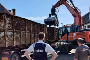 """Politie ontruimt 'illegaal autokerkhof' midden in woonwijk: """"Al jaren doorn in het oog voor bewoners"""""""