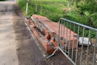 Aanwijzingen dat tractor vers gemetselde muurtjes sloopte