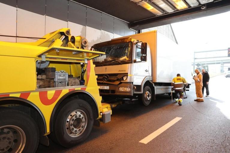 Lange file door twee ongevallen met vrachtwagens in Kennedytunnel