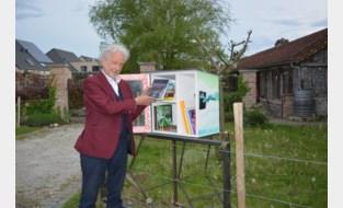 Stefan Hertmans neemt boekenruilkast in gebruik