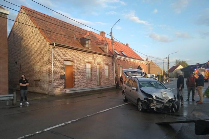 Automobilist met voorlopig rijbewijs slipt met nieuwe auto tegen verlichtingspaal