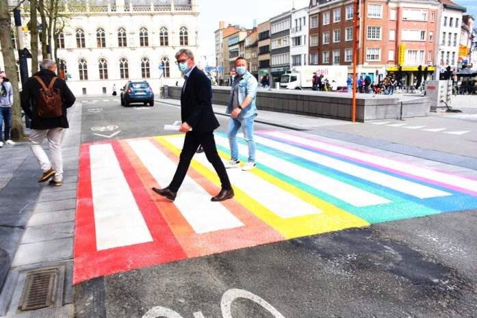 """Eerste regenboogzebrapad in Kortrijk is een feit... """"en alle deelgemeenten zullen volgen"""""""