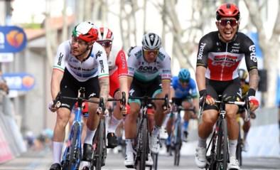 Caleb Ewan knalt naar ritwinst in de Giro, Tim Merlier genekt door pech