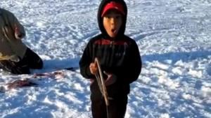 Jongetje (6) weet niet wat hij ziet wanneer hij visvangst uit water haalt