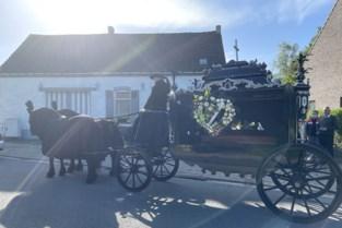 """Zigeunervrouw Cecile met paard en koets naar laatste rustplaats gedragen: """"Ons moeder verdiende het om begraven te worden als een koningin"""""""