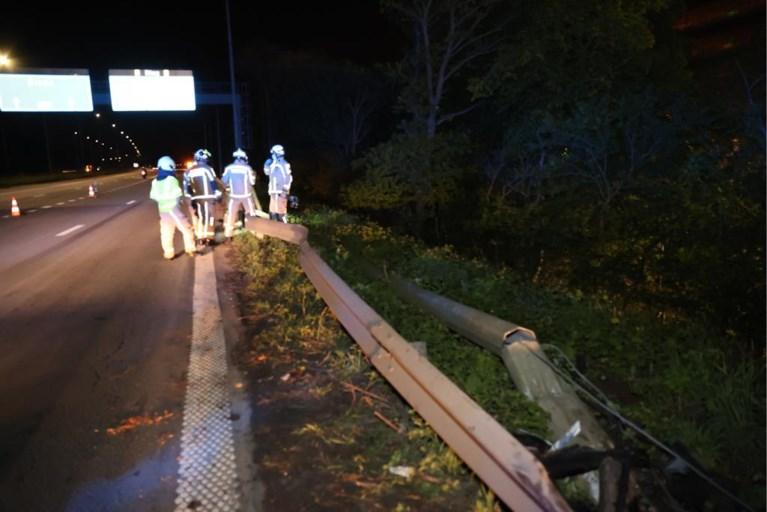 Auto rijdt door vangrail A12 en belandt meters lager in de struiken