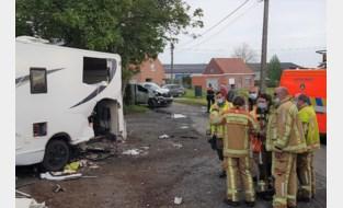 Bestelwagen ramt kampeerwagen waarin twee personen liggen te slapen: slachtoffers zwaargewond