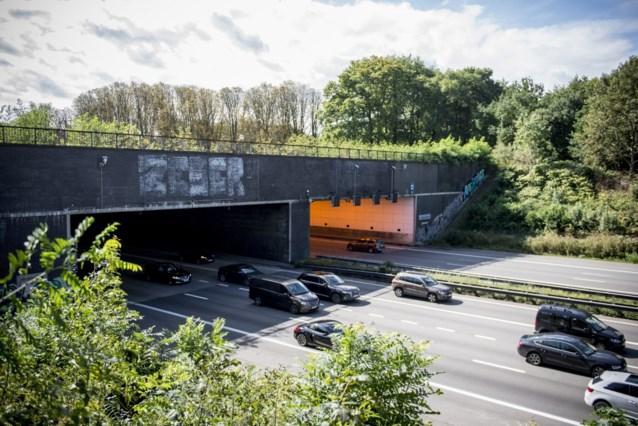 Craeybeckxtunnel richting Brussel versperd door gekantelde vrachtwagen met varkens